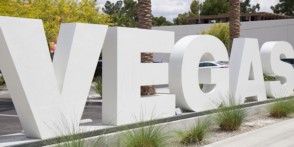Las-Vegas-Sign-The-Olive-Brunette